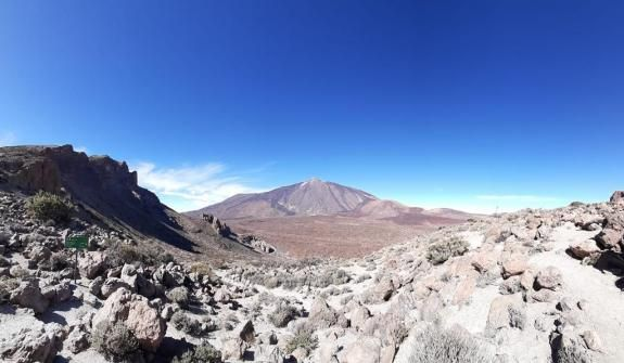 Hiking trail on Mount Teide with 360 views: Guajara